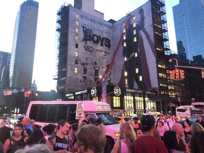紐約曼哈頓市中城及上西區部分地區13日晚間發生大規模停電。圖為旅遊巴士受影響,停在大馬路上。(記者張晨/攝影)