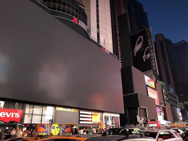 紐約曼哈頓市中城及上西區部分地區13日晚間發生大規模停電。圖為廣告屏幕全黑。(記者張晨/攝影)