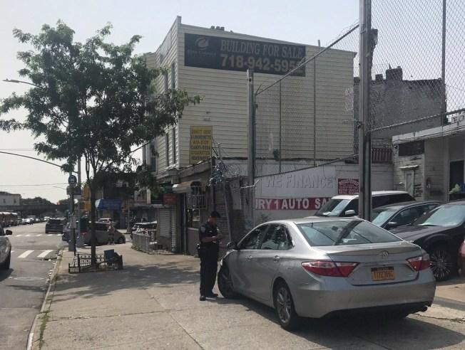 不少車行違規將待售轎車停在人行道上,警方將對此集中打擊開罰。(市警提供)