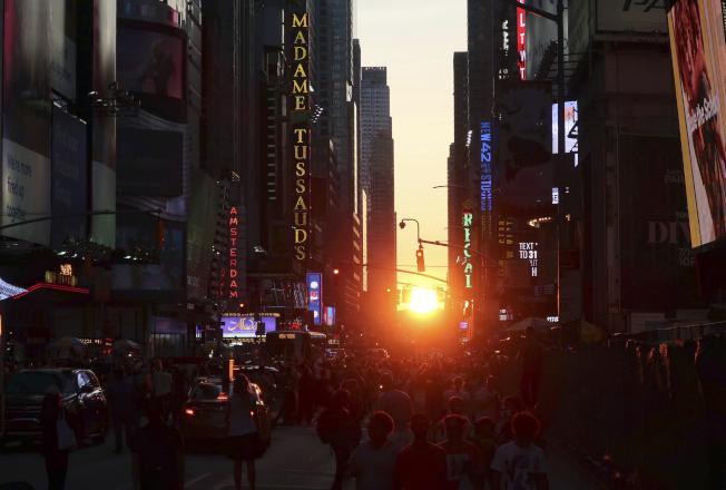 曼哈頓13日出現夕陽從大樓間落下的「懸日」景觀,就在太陽剛落之後,曼哈頓中城就發生大停電。(美聯社)