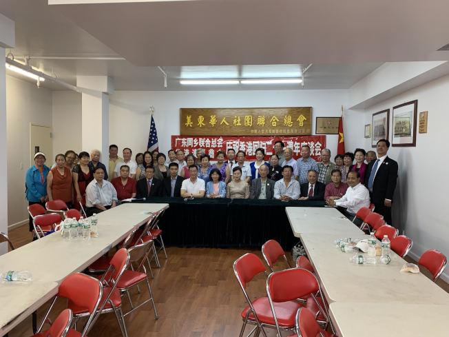 廣東同鄉聯合總會和省港澳總商會於日前共同舉辦香港回歸22周年研討會,由至孝篤親公所元老陳家梁主持,近40家社團派出代表參加,與會者表示,香港回歸的22年也是香港與內地互惠互利的22年,中央對香港的發展富強提供了大力幫助,粵港澳大灣區的建設為香港發展提供了新的動力。(圖:主辦方提供;文:記者張晨)