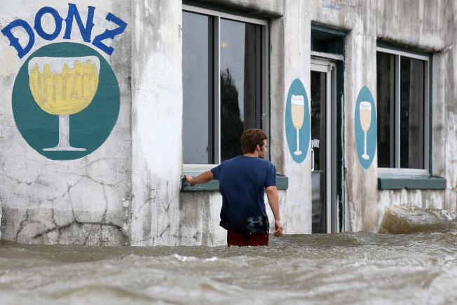 颶風巴瑞帶來豪雨和暴潮,路易斯安納州曼德維爾的街道已積水成河。(路透)