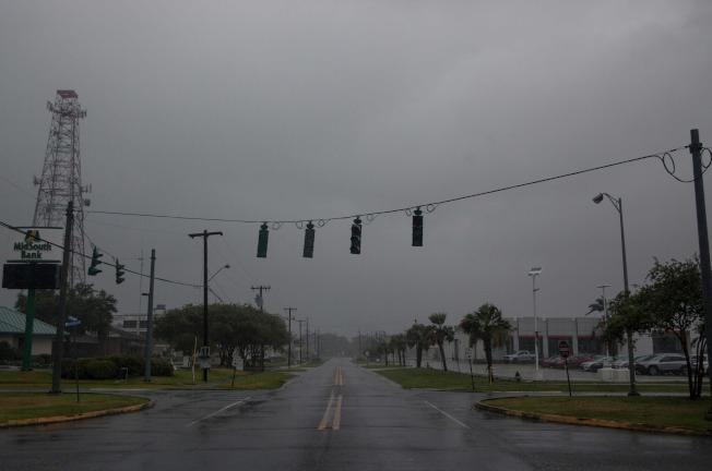颶風巴瑞造成路易斯安納州多處斷電,圖為摩根市一處十字路口,交通號誌全部停擺。(Getty Images)