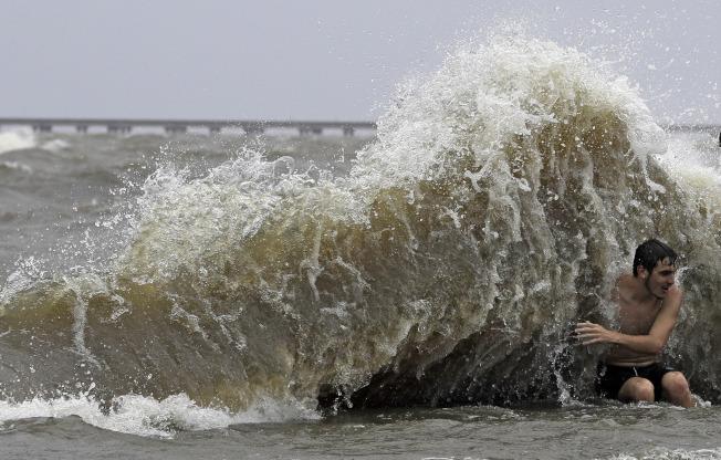 颶風巴瑞帶來豪雨和暴潮,圖為大浪衝擊路易斯安納州曼德維爾的堤防。(美聯社)
