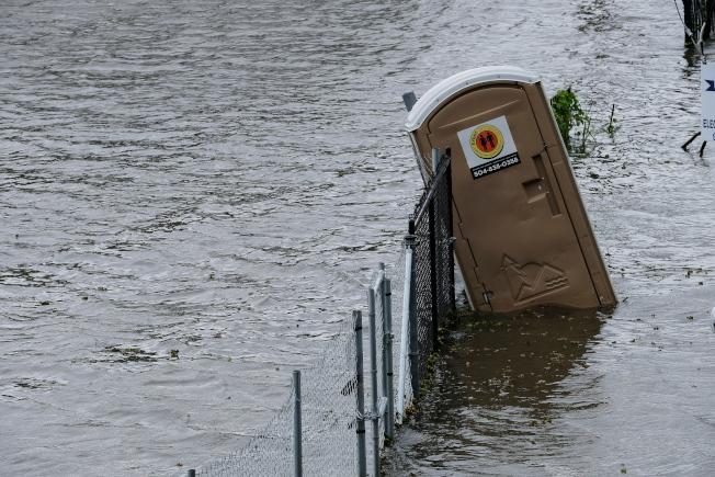 颶風巴瑞帶來豪雨和暴潮,圖中路易斯安納州曼德維爾的湖水已漫過堤岸。(歐新社)