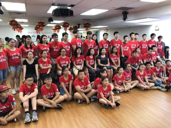 導師余燕(二排左六)與學生及助教參與「社區嘉年華」活動。(紐約居民聯盟提供)