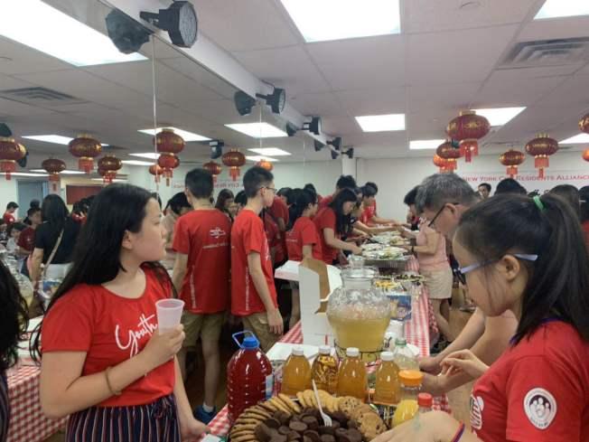 紐約居民聯盟13日舉辦「社區嘉年華」,邀請「暑期學習夏令營」老師、學生以及助教參與。(記者牟蘭/攝影)