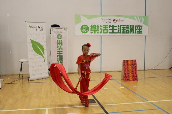 講座開場前的兒童傳統舞蹈表演。(記者張晨/攝影)