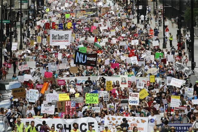 成千上萬示威者走上芝加哥街頭,抗議美國移民及海關執法局驅逐無證移民行動。(Getty Images)