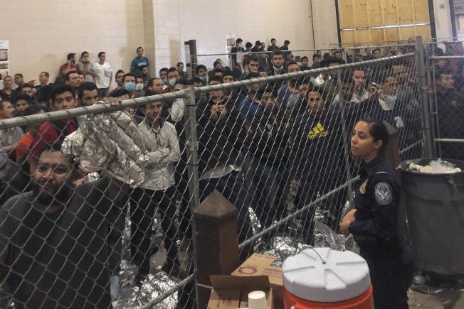 副總統潘斯到德州麥卡倫邊界站探視移民拘留中心,圖中近400名男性無證移民被拘留在鐵絲網內。(美聯社)