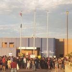 大搜捕開始 示威者攻擊ICE大樓 卸下美國旗 升上墨國旗