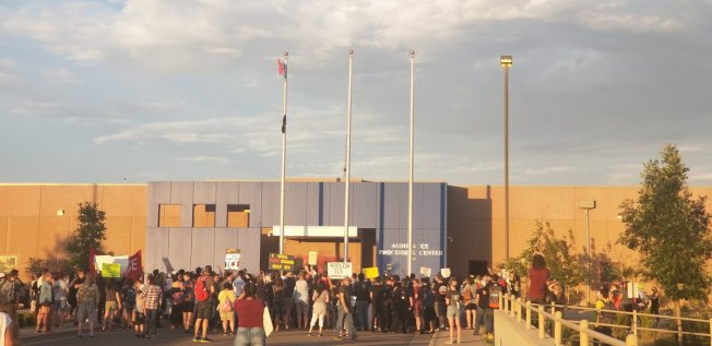 示威者在科羅拉多移民及海關執法局前面,降下美國國旗,換上墨西哥國旗。(推特)