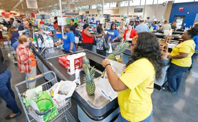 由於電子商務快速成長,在超市排隊等待結賬的人龍,未來十年內就可能消失。(美聯社)