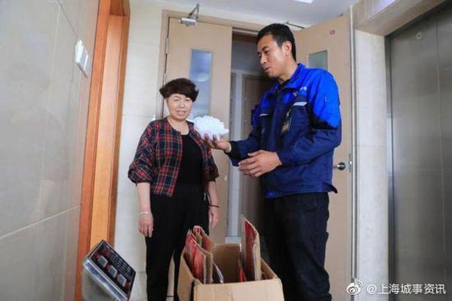 網約上門回收員一般都會穿著制服。(取材自微博)