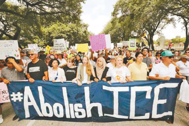 民眾抗議,要求廢除ICE。(Getty Images)