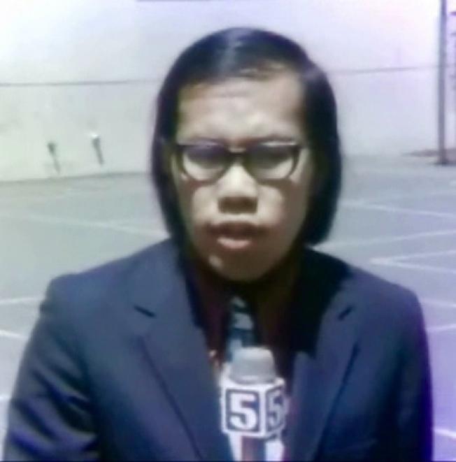 1971年周堅強採訪舊金山華埠的教育問題。(周堅強提供)