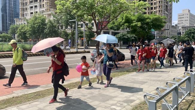 炎炎夏日到來,氣溫屢創新高,熱傷害事件頻傳,不少民眾出門都會選擇戴帽或撐傘減少太陽的直接照射。(記者陳斯穎/攝影)