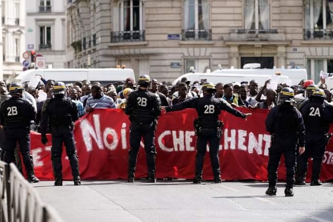 巴黎12日又出現一群自稱「黑背心」的非洲非法移民,闖入法國文化名人長眠的「先賢祠」示威,要求法國政府給予他們合法居住權。(Getty Images)