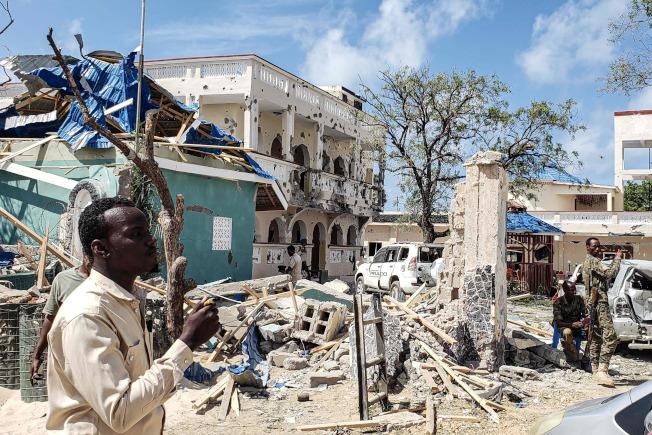 索馬利亞飯店遭到自殺汽車炸彈攻擊後,13日徒留一片斷垣殘壁。(Getty Images)
