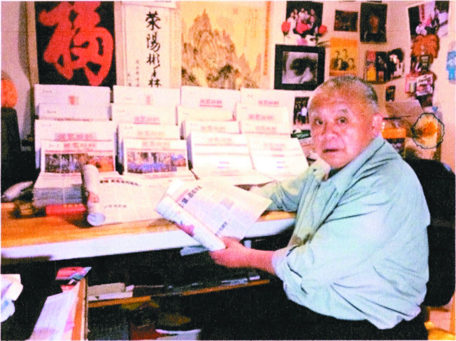 讀者將世界日報裝訂成冊收藏。