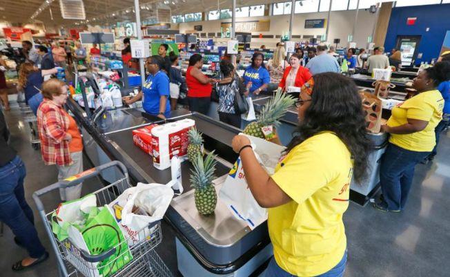 在超市排隊等待結賬的人龍,這十年內就可能消失。(美聯社)