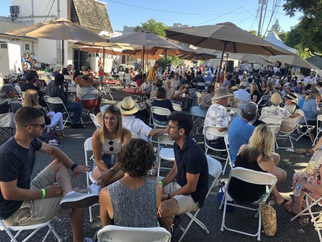 現場也設置許多桌椅,讓參與者在樹陰下聽音樂、品酒。(記者林亞歆/攝影)