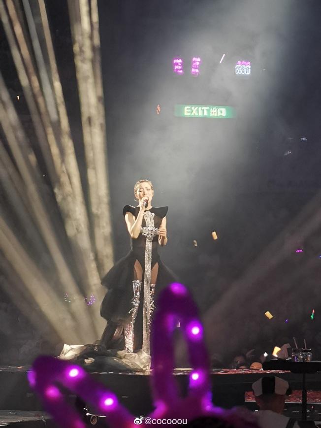 鄭秀文開唱,似乎受許志安偷吃影響,台上與粉絲說話都帶些傷感。(取材自微博)