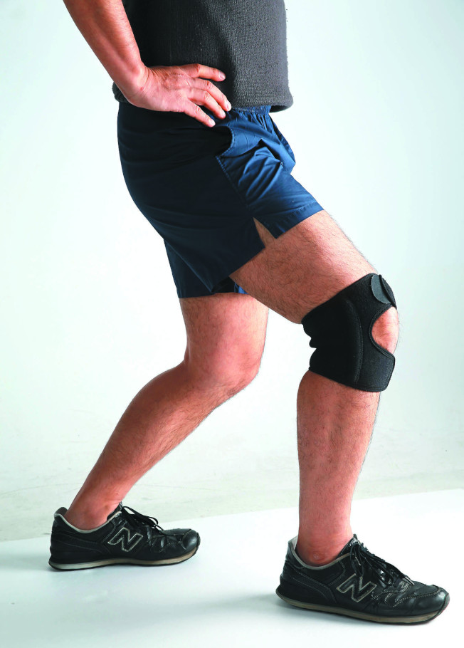護膝要直接穿在腳上,綁在褲子外保護效果打折。(本報資料照片)