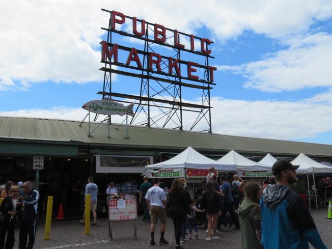 西雅圖的派克市場有新鮮蔬果和美食,受到遊客喜愛。(記者王又春╱攝影)