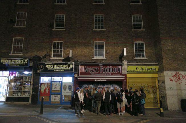 觀光客參加在倫敦的「開膛手傑克」命案導覽之旅。(Getty Images)
