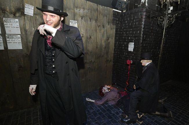 演員在展覽會場飾演「開膛手傑克」。(Getty Images)