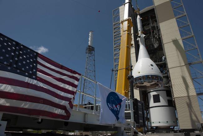 獵戶座太空艙緊急火箭裝上發射台。(Getty Images)