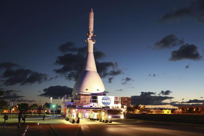 獵戶座太空艙緊急火箭運往發射台。(Getty Images)