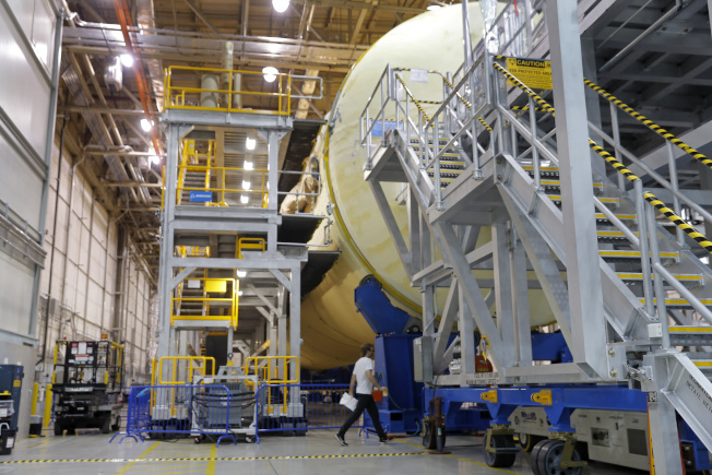 攜帶獵戶座太空艙的火箭十分龐大,這是NASA在紐奧良的裝配工廠。(美聯社)