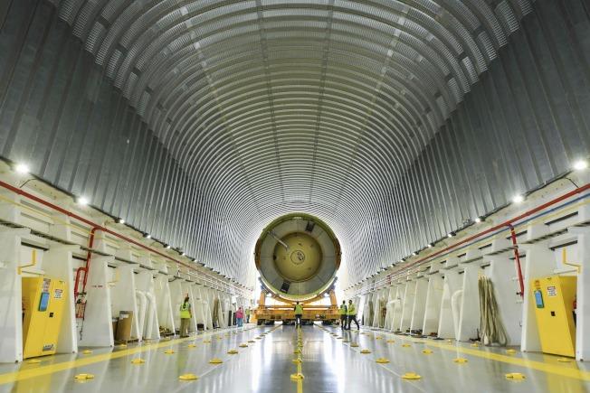 攜帶獵戶座太空艙的火箭準備運出紐奧良的裝配工廠。(美聯社)