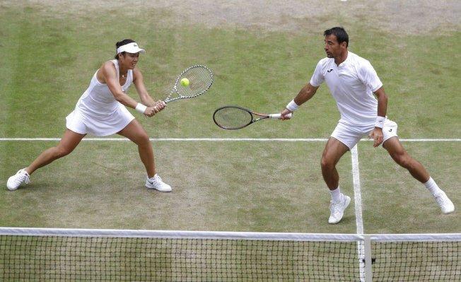 台灣網球好手詹詠然(左)和克羅埃西亞搭檔多帝吉(右),奪下溫布頓混雙冠軍。 美聯社