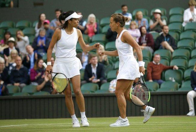 謝淑薇(左)和捷克搭檔史翠可娃(右)合作摘下溫網女雙冠軍。美聯社