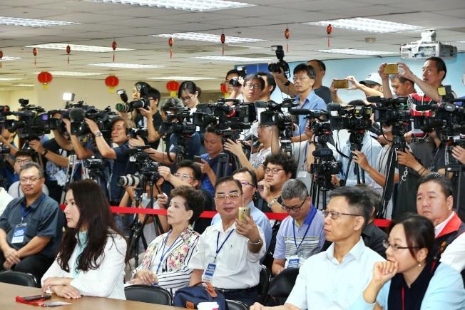 國民黨總統黨內初選民調公布,大批媒體守候。記者曾原信/攝影