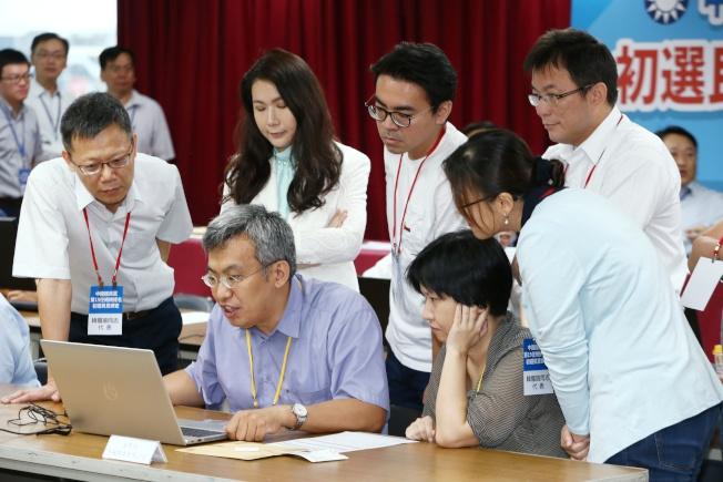 國民黨總統黨內初選民調公布,各參選人代表檢查民調數據。記者曾原信/攝影