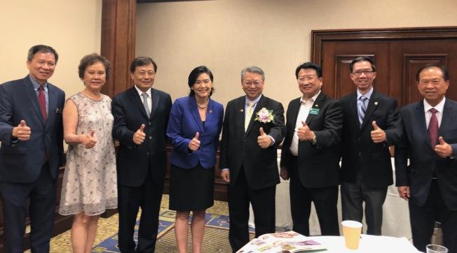 聯邦眾議員趙美心(左四)以及南加州多位華裔地方民選官員,14日晚參加和台中市副市長令狐榮達(右四)餐宴的活動。(記者胡清揚/攝影)