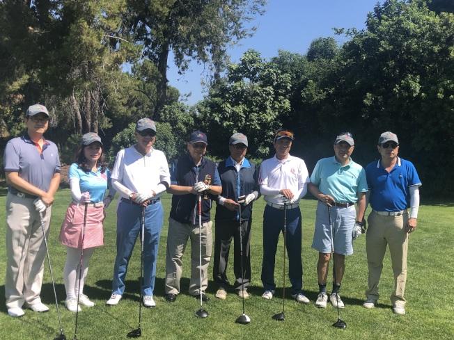 參加「台中盃高爾夫球友誼賽」的選手們。左二陳玲華、左三袁健生、左四令狐榮達。(記者王若然/攝影)