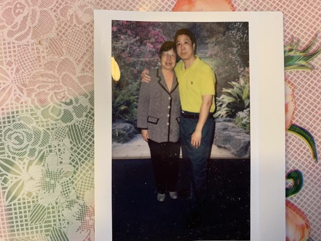 服刑中的鄭海光(右)在獄中與前來探視的母親相見。(記者牟蘭/翻攝)