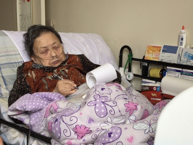高耀潔如今大部分時間臥床,需24小時吸氧,因聽力下降,很多時候需靠紙筆交流。(記者洪群超╱攝影)