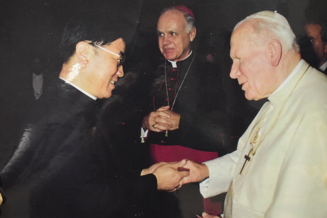 施華忠(左)在40多歲成為神父,派駐聖博德天主堂。(記者顏嘉瑩╱翻攝)