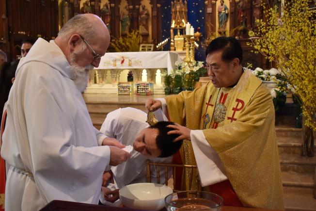 施華忠已為上千華裔教友施洗。(記者顏嘉瑩╱攝影)
