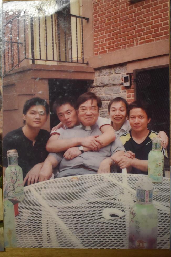 施華忠(左三)在40多歲成為神父,派駐聖博德天主堂。(記者顏嘉瑩╱翻攝)