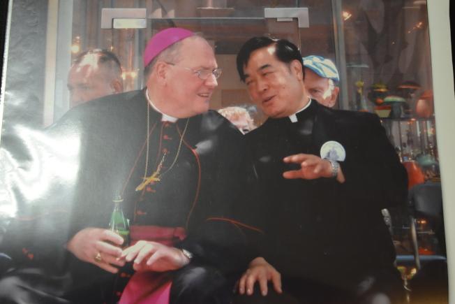 施華忠(右)在40多歲成為神父,派駐聖博德天主堂。(記者顏嘉瑩╱翻攝)