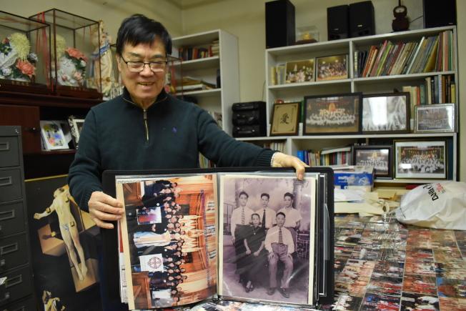 施華忠視教友為家人,喜歡用照片記錄生活的施華忠擁有許多相本。(記者顏嘉瑩╱攝影)