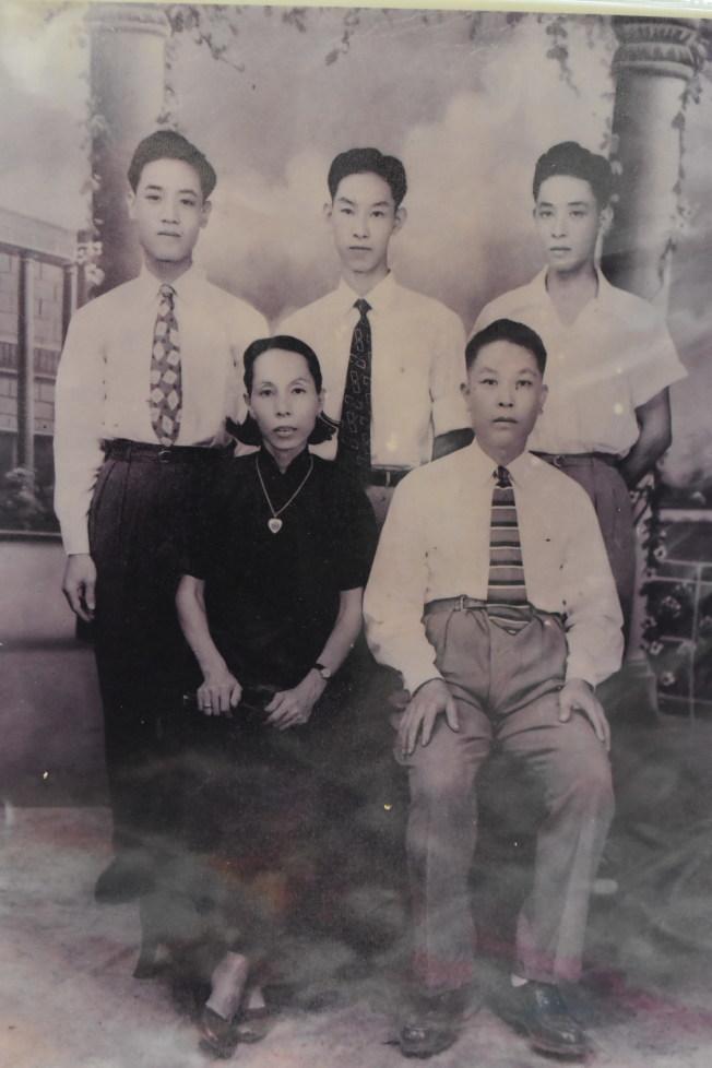 施華忠(後排右一)與父母和兄弟合影。(記者顏嘉瑩╱翻攝)