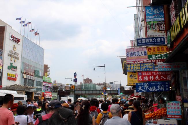 紐約法拉盛等華人聚居社區,提供全面的服務,讓移民一解思鄉情。(記者劉大琪/攝影)